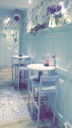 #Cafetería #Vintage #Retro #Blanco #flores #Cuadros # sillas # mesas