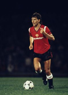Bryan Robson in action for Manchester United against Ipswich Town at Portman Road in Ipswich August 1985 Manchester United Images, Manchester United Legends, Manchester United Players, Football Images, Sports Images, Man Utd Squad, World Football, Football Icon, Football Kits