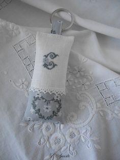 Porte clés brodé d'un monogramme sur lin