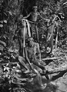 Gênesis | Depois de secar ao sol, casca de uma árvore é tingida de vermelho com seiva de outra árvore e usada pelos homens Mentawai ao redor do quadril. Indonésia. 2008