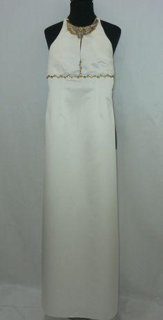 Vestido de fiesta confeccionado en raso blanco roto con pasamanería. PVP 250€