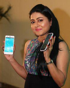 कोलकाता: कोलकाता में एक स्मार्टफोन के शुभारंभ के अवसर पर अभिनेत्री गार्गी रॉय चौधरी,