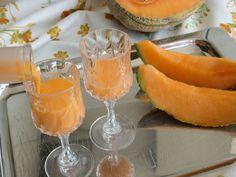 Il liquore cremoso al melone, detto anche meloncello, è un liquore assolutamente imperdibile, preparato con il melone Cantalupo. Con questa ricetta si otterrà un liquore cremoso, assai gradevole e delizioso, ottimo nei dopopasti e sarà molto apprezzato anche da chi non ama gli alcolici! Drinks Alcohol Recipes, Alcoholic Drinks, Cocktails, Beverages, Healthy Fruits, Healthy Drinks, Cocktail Juice, Beautiful Fruits, Romanian Food