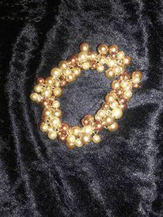 Elegantes Armband mit Gummizug. Zweifarbige Glasperlen