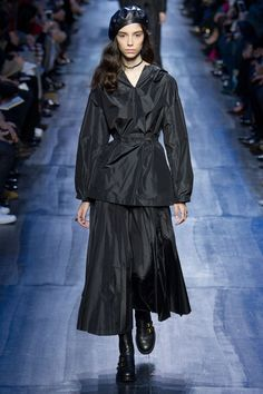 Christian Dior Fall 2017 Ready-to-Wear Fashion Show Collection Fashion Week, Fashion 2017, Winter Fashion, Fashion Trends, Paris Fashion, Street Fashion, Fashion Tips, Christian Dior, Vogue Russia