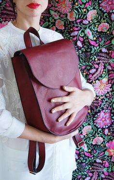 ¡Regreso a la escuela! Esta mochila de cuero hermosa para las mujeres es la versión elegante de una mochila para la escuela. Está hecho de un cuero suave en el un rico color Borgoña, monedero mochila perfecta con una forma elegante que mejora cualquier look. ¡También es perfecto como regalo para tu mejor amiga o mamá! Tamaño: Ancho: 27 cm (10.5) Altura - 33 cm (13) Profundidad de-9 cm (3.5) Correas ajustables dobles y cosidas. Una manija superior Nuestros bolsos para las mujeres se hacen a…
