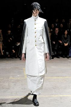 Comme des Garçons Spring 2011 Ready-to-Wear Fashion Show - Lisa Bommerson (CITY)