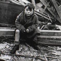 Garçon qui a perdu sa famille dans le blitz de Londres (prise par Toni Frissell)