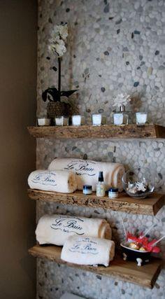 Mur de galets dans la salle de bain.