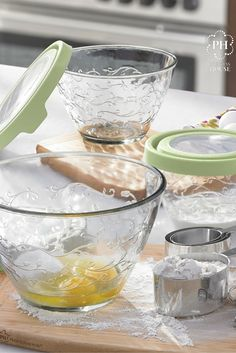 The Fantasia® Seal Tight Store + More Bowl Set is versatile in size and use! Use them for storing as well as for baking! Princess House Cookware, Princes House, Princess House Crystal, Kitchenaid, Bowl Set, Punch Bowls, Tapas, Nursing, Ph