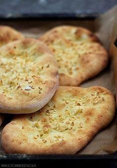Chlebki Naan są integralną c zęścią kuchni indyjskiej. Spoż ywane solo, z masłem, jako dodatek do zup, mięs i war zyw. Podaje się je z pastą z ciecier zycy ,