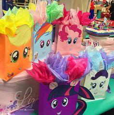 My Little Pony birthday party favor bags / dulceros sorpresas / equestria girls Rainbow Dash Birthday, My Little Pony Birthday Party, 5th Birthday Party Ideas, Girl Birthday, Raimbow Dash, Little Poni, Equestria Girls, Rarity, Favor Bags