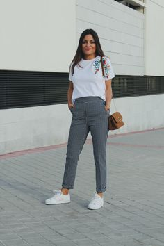 Spring fashion #Outfit wearing floral embroidered T-shirt and vichy pants and sneakers #look #style