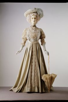 Travelling gown, 1905. Woollen face cloth, trimmed with braid and velvet, and inserted with panels of net and machine-made lace. © Victoria and Albert Museum, London. See: http://collections.vam.ac.uk/item/O74911/travelling-gown-unknown/