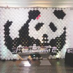 Fofura em PB Esse painel de balões com o urso panda foi feito para comemorar os 11 anos da Mei, na cidade de Pacaembu (SP). Um túnel no mesmo tema e uma escultura também deram graça à comemoração. Trabalhos da Ideia Balões, de Presidente Prudente (SP). Panda Themed Party, Panda Birthday Party, Panda Party, Baby 1st Birthday, Birthday Parties, Balloon Dance, Balloon Wall, Panda Baby Showers, Cowgirl Cakes