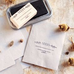 Come preparare delle bustine per i semi con la carta riciclata! Party Organization, Seed Packets, Envelopes, Seeds, Flowers, Bricolage, Royal Icing Flowers, Grains, Flower