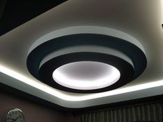 Large catalog for plaster designs for false ceilings for all rooms in modern style. 25 modern plaster ceiling designs with integrated LED ceiling lighting systems to inspire you. Plaster Ceiling Design, Ceiling Crown Molding, Gypsum Ceiling, False Ceiling Living Room, Ceiling Design Living Room, Living Room Designs, Living Rooms, Ceiling Curtains, Ceiling Tiles