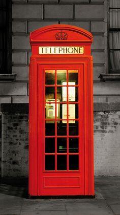 Cultuurelement: Architectuur. Op veel plaatsen inLondenstaan nog de traditioneleLondense telefooncellen.