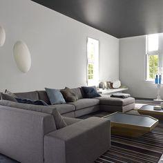 Un plafond noir dans un salon contemporain - Marie Claire Maison