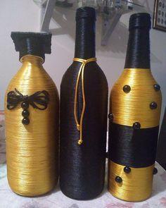 trio , bouteilles décoratives or et noires Bottle Crafts, Ceramics, Elegant, Interiors, Drink, Food, Decorated Bottles, Holiday Ornaments, Upcycling