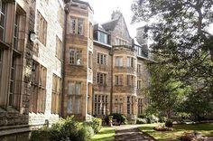 16 University Campuses That Might Secretly Be Hogwarts St Andrews University Scotland, St Andrews Scotland, University Of Connecticut, University Of Washington, University University, Uk Universities, Beautiful Castles, Beautiful Places, Viajes