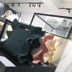 EMODA エモダ 17SS 展示会 マークスタイラー 2017 春夏 トレンド フリル バッグ Leather Bags Handmade, Handmade Bags, Leather Bag Tutorial, Japanese Bag, Potli Bags, Diy Handbag, Craft Bags, Fabric Bags, Fashion Bags