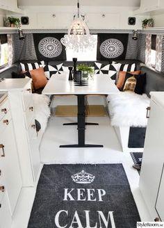 Matplatsen i den ommålade husvagnen. Caravan interior