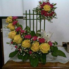 Resultado de imagen para arranjos florais para finados Tropical Flower Arrangements, Church Flower Arrangements, Church Flowers, Flower Centerpieces, Tropical Flowers, Spring Flowers, Altar Decorations, Flower Decorations, Ikebana