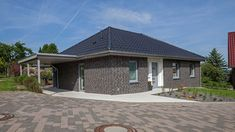 Haus Riedel - Bungalow mit attraktiven Extras.   BAUMEISTER-HAUS® Bungalows, Style At Home, Town House Plans, Affordable House Plans, Modern Bungalow House, Simple House Design, Traditional House Plans, Cabin Homes, Townhouse