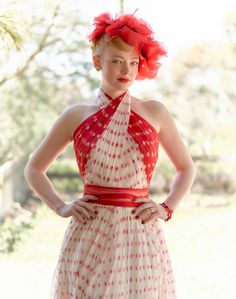 A gallery of The Dressmaker publicity stills and other photos. Featuring Kate Winslet, Liam Hemsworth, Sarah Snook, Judy Davis and others. Kate Winslet, Retro Mode, Vintage Mode, Vintage Diy, Vintage Sewing, Vintage Cars, Movie Costumes, Cool Costumes, 1950s Costumes