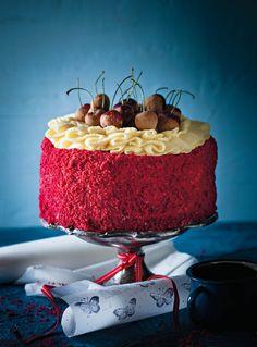 SARIE- Red Velvet cake-Jy kan die koek ook in kolwyntjiepanne bak. Verdeel die beslag tussen die 20 – 24 holtes van 'n standaardpan. Bak vir sowat 20 – 25 minute of tot gaar. Pie Dessert, Cookie Desserts, No Bake Desserts, Delicious Desserts, Yummy Food, Ma Baker, Red Velvet Recipes, Yummy Eats, Pretty Cakes