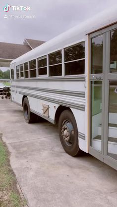 Bus Living, Tiny House Living, Rv Bus, Bus Motorhome, School Bus Tiny House, Camper Van Conversion Diy, School Bus Conversion, Converted School Bus, Kombi Home