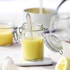 Lemoncurd. Lemoncurd, eine Creme aus Zitronen, Eier und Zucker, kennt man vor allem aus England. Wird vor allem als Brotaufstrich zu Frühstück und Brunch gereicht.