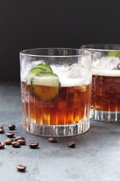 An espresso tonic is the new trendy drink the season. Try it with or without gin. Easy Drink Recipes, Coffee Recipes, Yummy Drinks, Prosecco Cocktails, Cocktail Drinks, Nitro Coffee, Best Espresso Machine, Popular Drinks, Gin Fizz