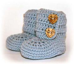 Baby booties - free pattern in Norwegian… Knitting For Kids, Crochet For Kids, Free Crochet, Crochet Baby, Knit Crochet, Baby Booties Free Pattern, Baby Barn, Baby Uggs, Crochet Shoes