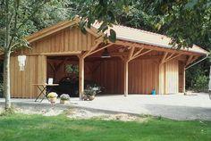 Eine Garage mit Geräteschuppen im alten Baustil. Die Remise bietet ausreichend Platz für Fahrzeuge, Anhänger, Geräte oder auch als Sitzecke im Garten - So muss das!