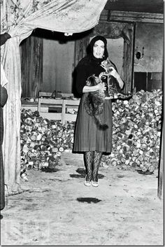 Edith Bouvier and cats at Grey Gardens Edie Bouvier Beale, Edie Beale, Grey Gardens House, Gray Gardens, Jfk Jr, Cecile, Jackie Kennedy, Life Magazine, Magazine Photos