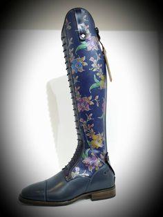Siniset saappaat, joissa kukkia