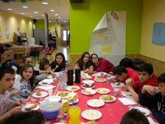 Se utilizó la mesa de ping-pong como comedor improvisado para compartir las comidas entre todos los participantes. http://lasalamandrasiguenza.wordpress.com/2013/10/18/i-encuentro-de-centros-jovenes-de-alovera-y-la-salamandra-de-siguenza/