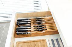 Goede messen is één, ze veilig opbergen twee. Met de compacte messenopberger Zwilling TWIN van messenspecialist Zwilling J.A. Henckels kun je je messen overzichtelijk in elke lade opbergen, in alle veiligheid. En in alle stijl, want met dit strakke design in bamboe doe je elke keuken eer aan.
