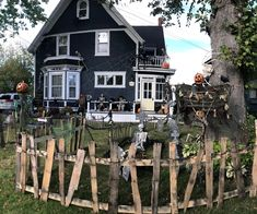 Awesome 88 Captivating Diy Projects Pallet Fence Design Ideas For You. Diy Halloween Fence, Halloween Outside, Halloween Porch Decorations, Halloween Haunted Houses, Outdoor Halloween, Halloween House, Halloween Projects, Scary Halloween, Halloween 2020