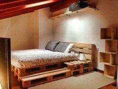 Un lit et des étagères avec des palettes de bois: