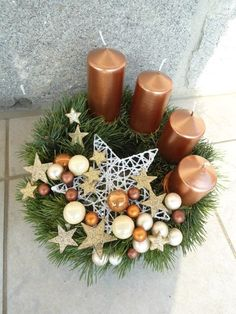 Get some amazing ideas on Christmas candle decorations. We have all you need to inspire yourself and create some gorgeous candle centerpieces. Christmas Candle Centerpieces, Advent Candles, Christmas Arrangements, Christmas Candles, Centerpiece Decorations, Christmas Decorations, Floral Centerpieces, Christmas Advent Wreath, Christmas Crafts