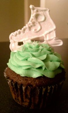 Homemade Ice Skate Cupcake: My daughter is an ice skater so I made her chocolate cupcakes with butter cream icing - tinted to be lime green. The ice skate is royal icing. Cool Birthday Cakes, Birthday Ideas, School Birthday, Birthday Parties, 7th Birthday, Ice Skating Party, Skate Party, Homemade Ice, Winter Fun