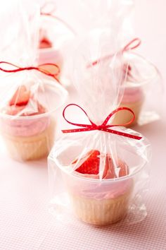 The best way to wrap individual cupcakes: Plastic cup + cellophane bag + ribbon.