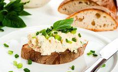 Das Rezept Kräuter-Tahin ist nicht nur als Brotbelag beliebt, sondern wird auch gerne als Beilage oder Dip gereicht.