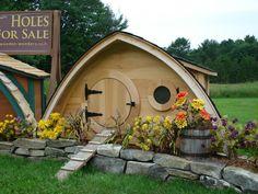 Ein Garten- oder Gästehaus, Spielhaus für die Kinder oder gar ein Arbeitsplatz im Grünen ist nun im Hobbit-Stil aus dem Naturmaterial Holz erhältlich.