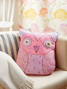 Free templates for this gorgeous owl cushion from Crafts Beautiful magazine http://www.crafts-beautiful.com/free-downloads/owl-cushion-pattern-applique