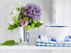 décoration table d'automne - bouquet de pivoines blanches, alliums, chrysanthème vert et feuilles