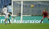 Juventus le ganó a la Lazio con un golazo de Paulo Dybala Tag...  Juventus le ganó a la Lazio con un golazo de Paulo Dybala  Tag Duro:  Fútbol  Juventus arrancó mal en el Calcio. Pero este viernes sumó su quinto triunfo al hilo y ya se metió en la pelea por el título que está defendiendo.  Gran partícipe de ello es Paulo Dybala que fue el actor principal de los de Turín en los goles del 2-0 sobre Lazio.  En el tanto que rompió la paridad el cordobés lanzó un centro que dio en Santiago…